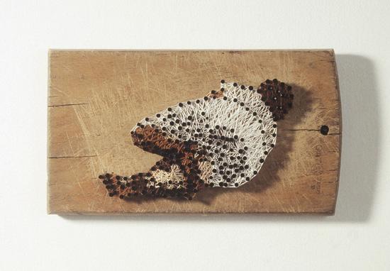 """ללא כותרת אמא , 1995, מסמרים על קרש חיתוך, 2 x 22 x 12.5 ס""""מ"""