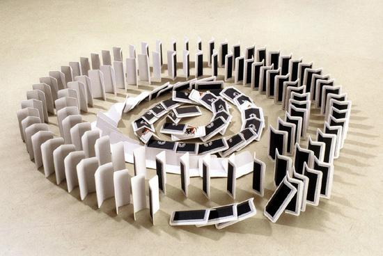 """ללא כותרת, 2001, אקריליק על בלזה, גודל משתנה (5.5 x 9 ס""""מ היחידה)"""